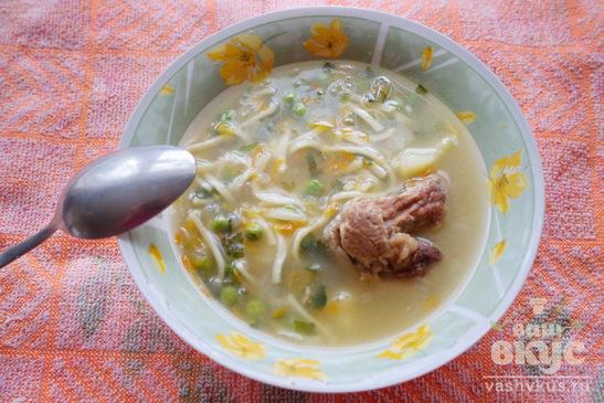 Суп на мясном бульоне с лапшой и зеленым горошком