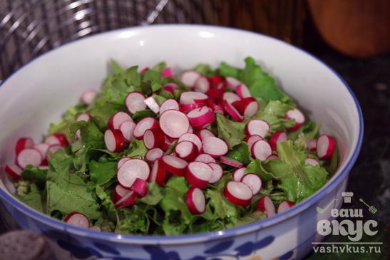 Салат с зеленью, огурцом и редисом