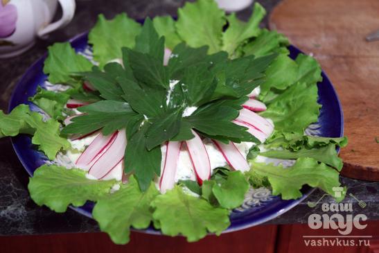 Зеленый салат с редисом и творожной заправкой
