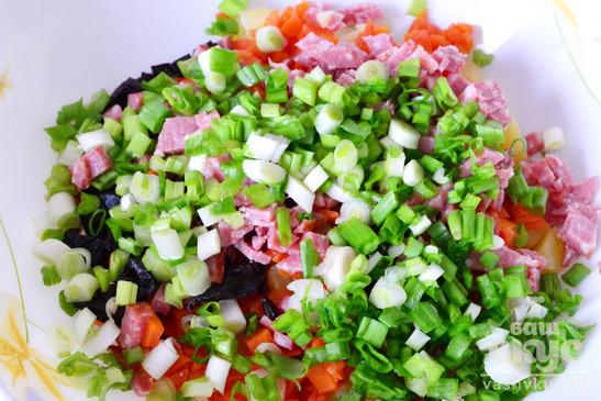 """Салат """"Зимний"""" с черносливом и колбасой"""