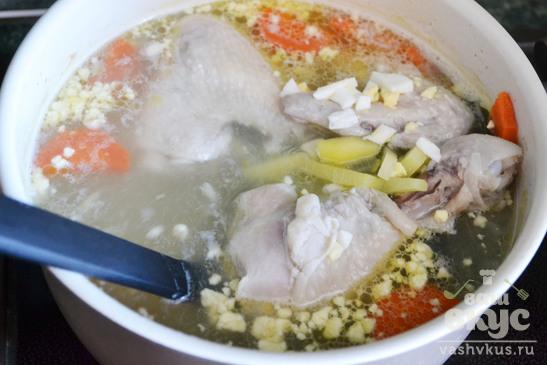 Куриный суп с вареным яйцом