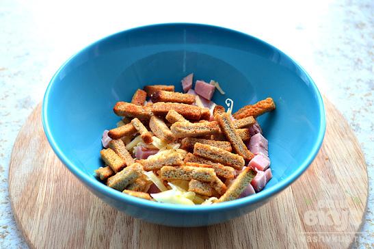 Салат с ветчиной, сыром и фасолью