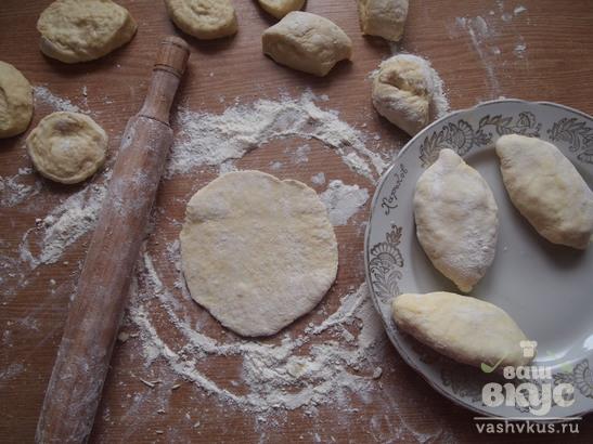 Жареные пирожки с картофелем, луком и сыром