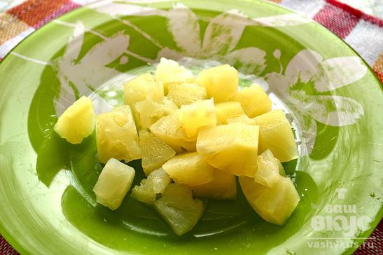 Салат с курицей, консервированными ананасами и шампиньонами