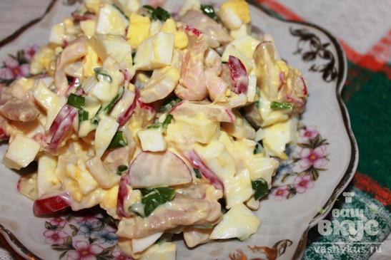 Салат с редисом, кальмарами и яйцами