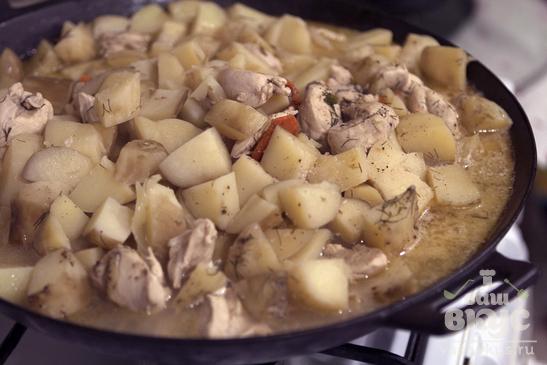 Тушеный картофель с куриной грудкой
