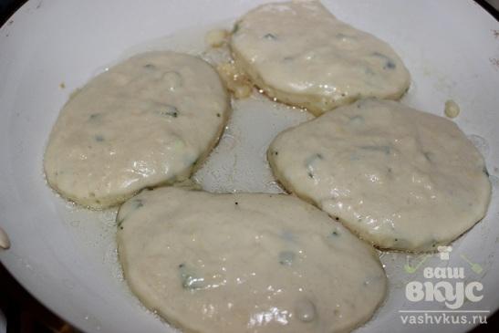 Оладьи с зеленым луком и твердым сыром