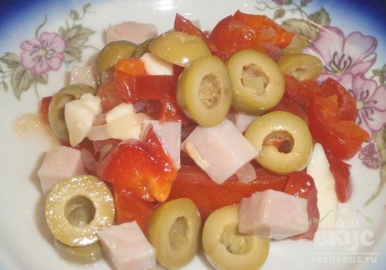 Салат с ветчиной, болгарским перцем и сулугуни