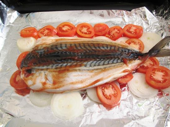 Скумбрия на помидорно - луковой подушке в духовке