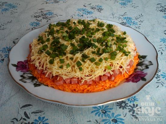 Слоеный салат с копченой колбасой и морковью