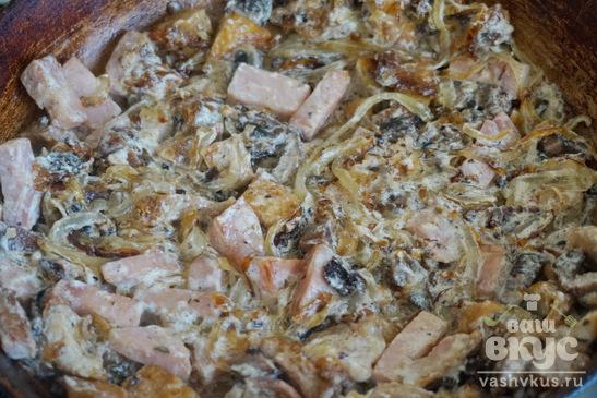 Макароны с луком и кусочками мяса