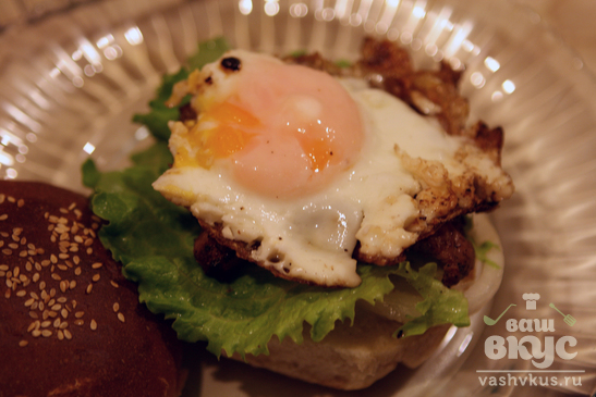 Сэндвич с курицей и жареным яйцом