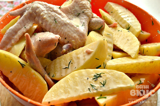 Куриные крылышки, запеченные с картофелем и свежей зеленью