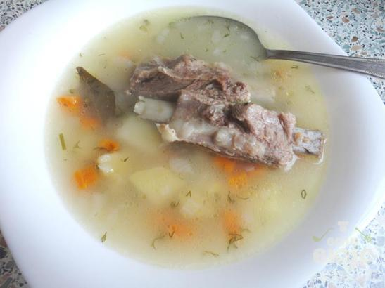 Суп из пшеничной крупы с ребрышками