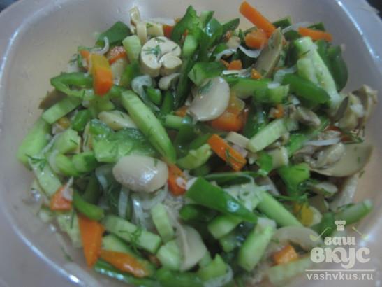 Салат из овощей и шампиньонов