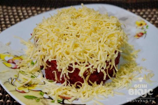 Салат из свеклы, сыра и маринованных огурцов