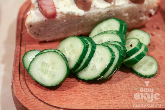 Сэндвич с рыбой и салат со свеклой