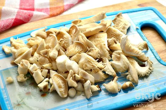 Гороховый суп с сухариками и жареными грибами