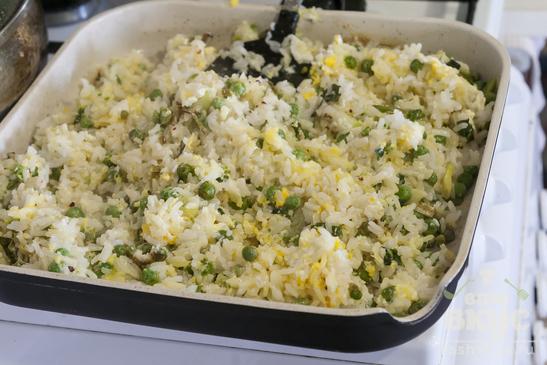 Жареный рис с яйцом и зелёным горошком