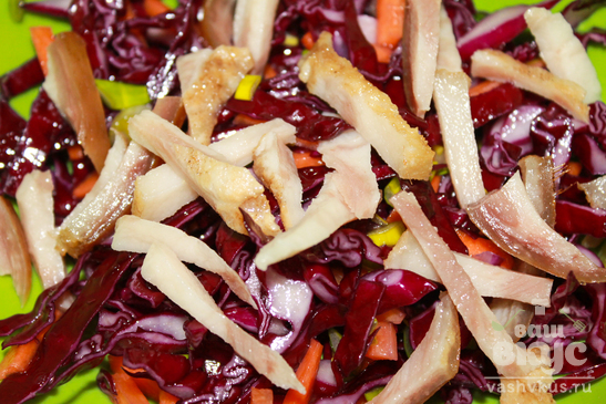 Салат с копченостями и капустой