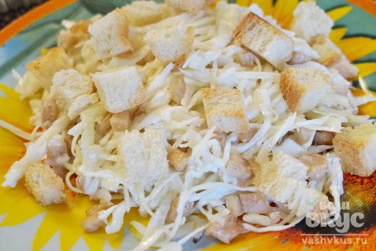 Салат из капусты, куриного филе и сухарей