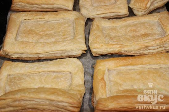 Закусочные бутерброды из слоеного теста со свеклой и сельдью