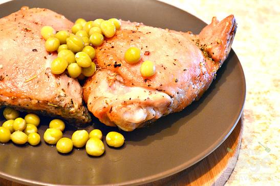 Куриные бедра, запеченные с чесноком и травами