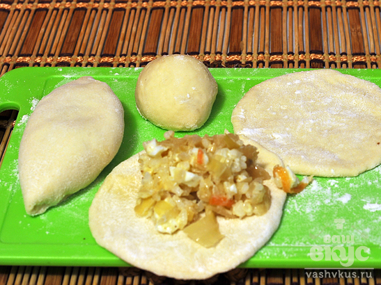 Пирожки с начинкой из свежей и квашеной капусты с яйцами
