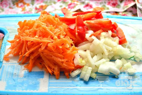 Куриные кусочки с овощами на сковороде