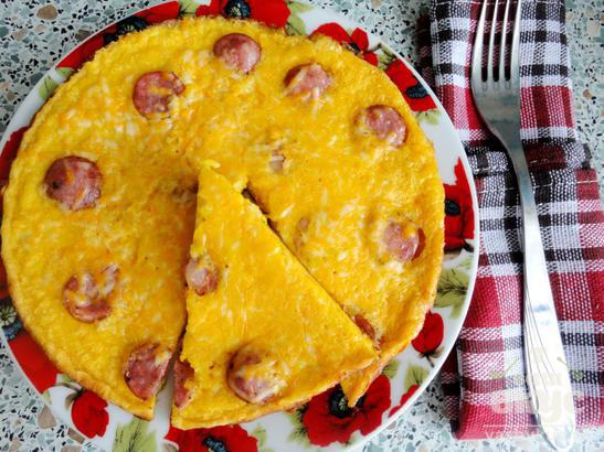 Омлет с охотничьими сосисками и твердым сыром