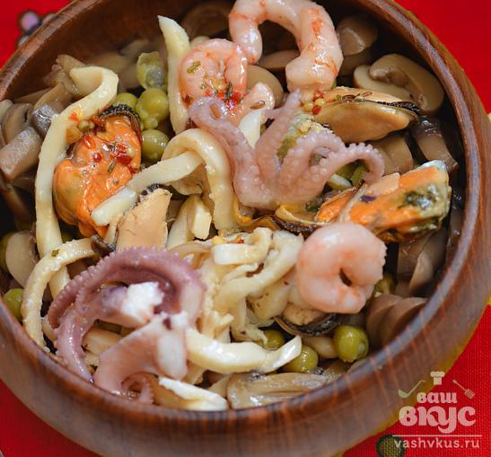 Салат с морепродуктами и консервированными грибами