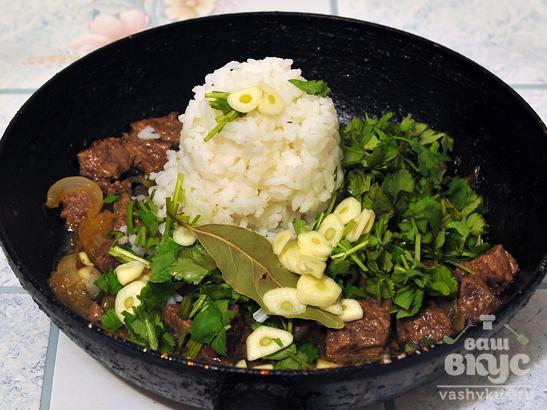 Тушеная говядина с луком и рисом по-домашнему