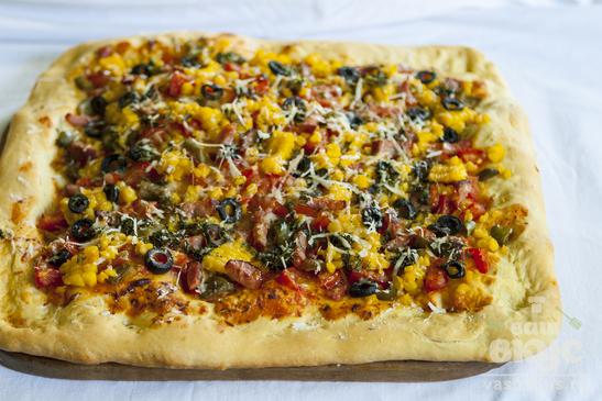 Пицца с копченостями и кукурузой