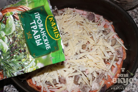 Пицца с курицей, колбасой и маринованными грибами
