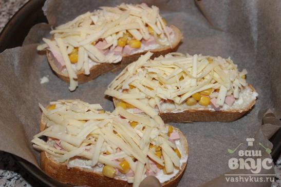 Горячие бутерброды с колбасой, кукурузой и сыром