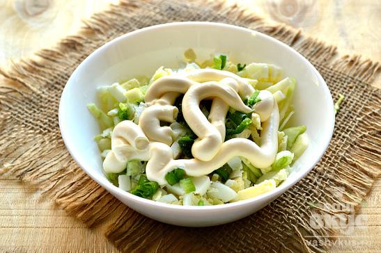 Простой салат с капустой и яйцом