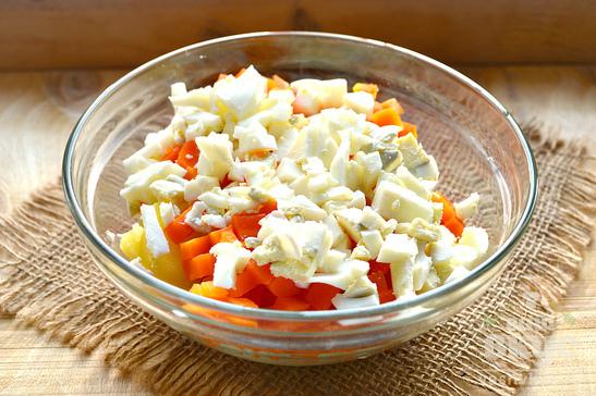 Простой салат из вареных овощей и яиц