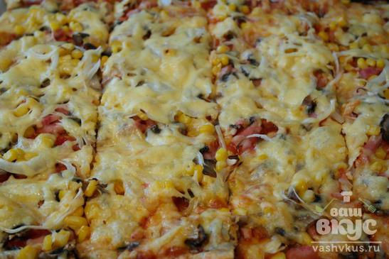 Пицца из слоеного теста с ветчиной и грибами