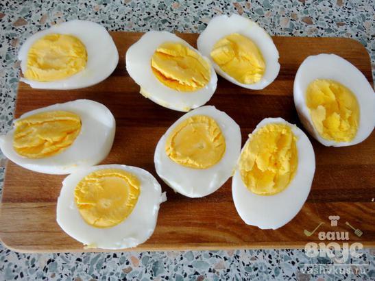 Яйца, фаршированные курицей и кукурузой