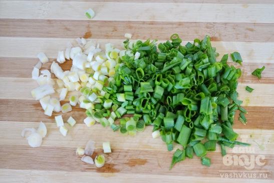 Слойки с зеленым луком и яйцом