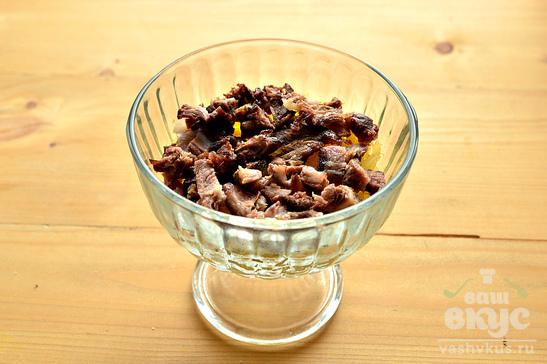 Слоеный салат с отварной говядиной и свежей петрушкой