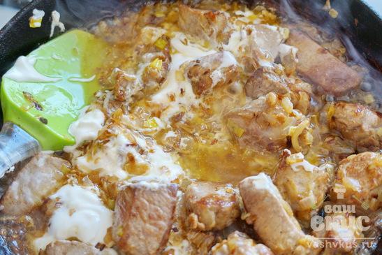 Свинина с луком под сметанным соусом