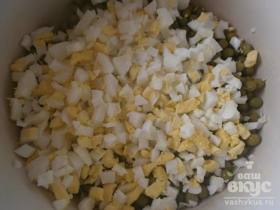 Салат «Оливье» с маринованными грибами и красным луком