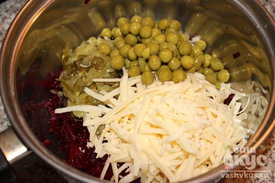 Салат из свеклы, соленого огурца, сыра и горошка