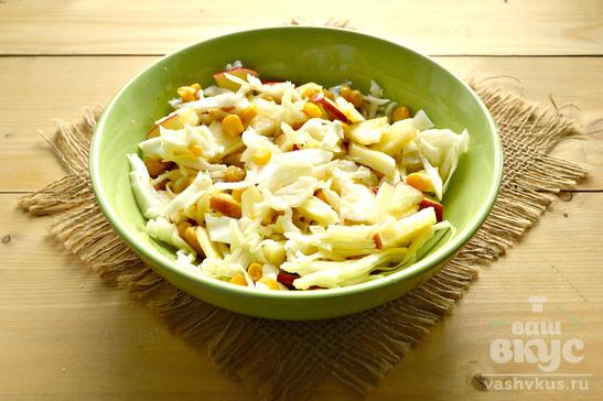 Капустный салат с яблоком и кукурузой