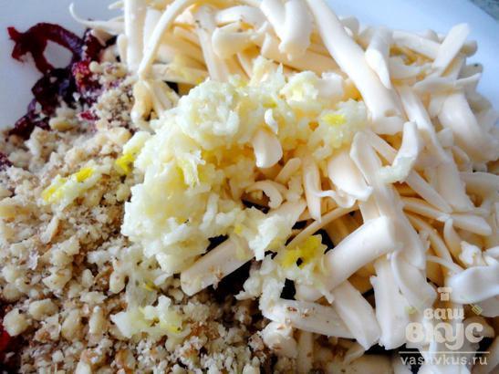 Свекольный салат с сыром, орехами и соевым соусом