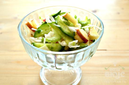 Салат с сельдереем, капустой и яблоком