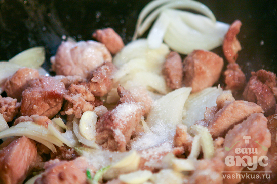 Мясо в соусе с вермишелью и капустой