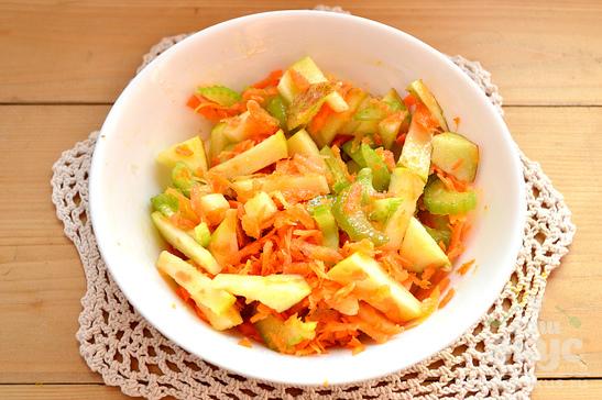 Салат с морковью, сельдереем и зеленым яблоком