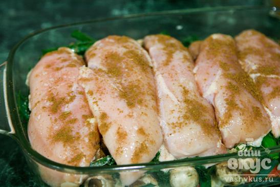 Куриные грудки на подушке из шампиньонов и овощей